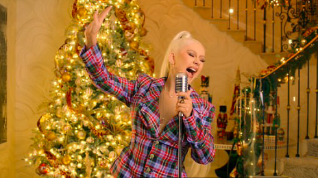 Christina Aguilera Performs 'The Christmas Song' On 'Late Night With Seth Meyers'