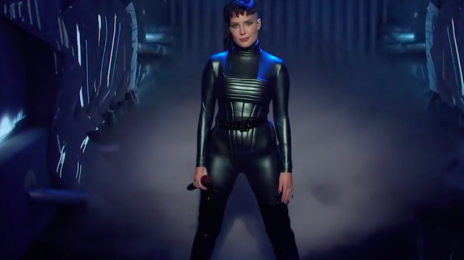 Watch: Halsey Sizzles With 'I Am Not A Woman, I Am A God' & 'Darling' On 'Saturday Night Live'