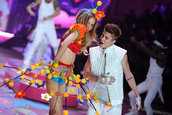 772c07ab1147e8c12ee5b3c8e5862673 Justin Bieber Brings The Beat To Victorias Secret Fashion Show
