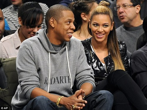 de79abaf46704a9778d115a70947b349 Hot Shots: Jay Z Hits Nets Game With Beyonce And Kelly Rowland